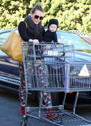 http://img251.imagevenue.com/loc566/th_177831492_Hilary_Duff_shopping_Bristol_Farms12_122_566lo.jpg